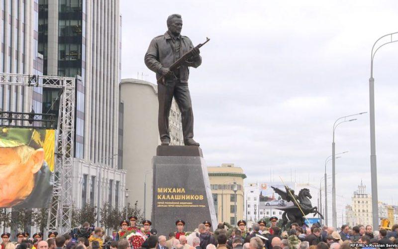 მოსკოვში მიხეილ კალაშნიკოვის ძეგლი გახსნეს, რომელიც AK-47 შემქმნელია.