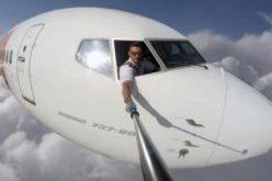 """ბრაზილიელ პილოტს ათასობით ფანი გაუჩნდა მას შემდეგ, რაც """"ინსტაგრამის"""" გვერდზე თვითმფრინავის სალონის ფანჯრიდან გადაღებული შეშლილი """"სელფები"""" ატვირთა."""
