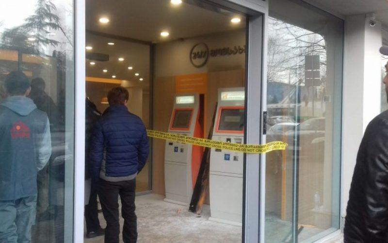 """თბილისში, წერეთლის გამზირზე, """"საქართველოს ბანკის"""" ერთ-ერთ ფილიალთან, სამართალდამცველები მუშაობენ."""