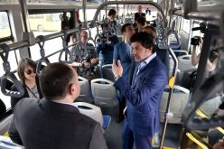"""კახა კალაძე კომპანია """"ფრეგობასის"""" ელექტროავტობუსის  პრეზენტაციას დაესწრო და ახალი ავტობუსით იმგზავრა."""