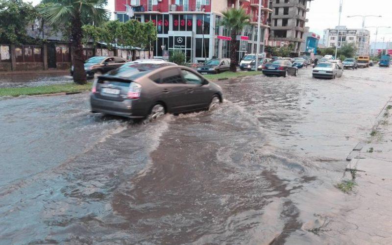 ბათუმში ძლიერი წვიმის შედეგად ქუჩების ნაწილი დაიტბორა
