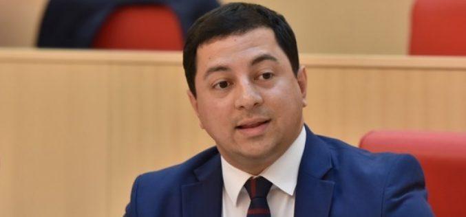 """საპარლამენტო უმრავლესობის ლიდერის, არჩილ თალაკვაძის განცხადებით, """"ევროპული საქართველოს"""" დასკვნის დიდი ნაწილი ვანო მერაბიშვილის ადვოკატირებას ეთმობა."""
