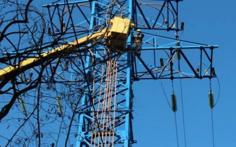 """ბათუმში ძლიერი ქარის გამო დაზიანებული ელექტრო ქსელის აღდგენას კომპანია """"ენერგო-პრო ჯორჯია"""" ახორციელებს"""
