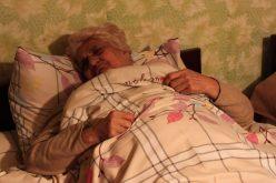 """სერგო ავადმყოფ დედას უვლის. ყოველდღე უცვლის საფენებს, თეთრეულს მიუხედავად იმისა, რომ თვითონაც ძალიან ცუდად გრძნობს თავს. """"დედა ჩემი ცხოვრების აზრია!"""", – ამბობს სერგო."""