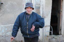 ანზორ კიკვაძე 68 წლისაა. რამდენიმე წლის წინ გადატანილი ინსულტის შემდეგ, მას  გადაადგილება უჭირს, ცალი ხელი პარალიზებული აქვს და ვერ ამოძრავებს.
