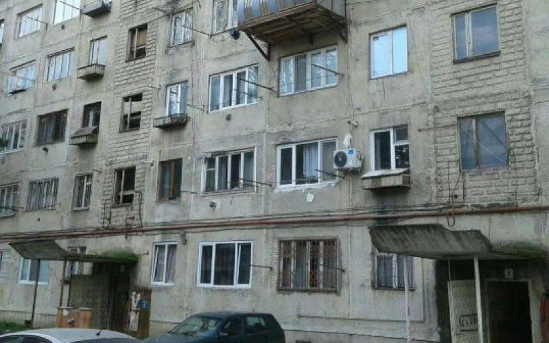 თბილისში, გლდანის მეექვსე მიკრორაიონში, ერთ-ერთ საცხოვრებელ ბინაში სამი ნიღბიანი პირი შეიჭრა.