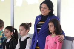 """სალომე ზურაბიშვილი, ,,დედაენის დღის"""" აღსანიშნავად, ახალქალაქში ილია ჭავჭავაძის სახელობის მესამე საჯარო სკოლას ეწვია და სკოლის მოსწავლეების მიერ გამართულ საზეიმო ღონისძიებას დაესწრო"""