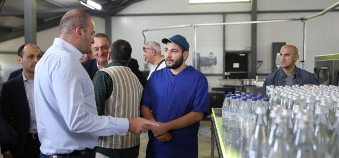 """პრემიერ-მინისტრმა ამბროლაურში სახელმწიფო პროგრამის – """"აწარმოე საქართველოში"""" ფარგლებში აშენებული მტკნარი წყლის საწარმო დაათვალიერა"""