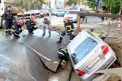 თბილისში, მგალობლიშვილის ქუჩაზე წყლის ცენტრალური მილის დაზიანების გამო, რის შედეგადაც ასფალტი ჩავარდა და მანქანები დაზიანდა
