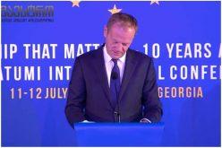 """ევროპული საბჭოს პრეზიდენტმა დონალდ ტუსკმა ბათუმში მიმდინარე კონფერენციაზე სიტყვით გამოსვლისას ვაჟა-ფშაველას პუბლიცისტური წერილიდან """"კოსმოპოლიტიზმი და პატრიოტიზმი"""" ნაწყვეტის ქართულად წაიკითხა."""