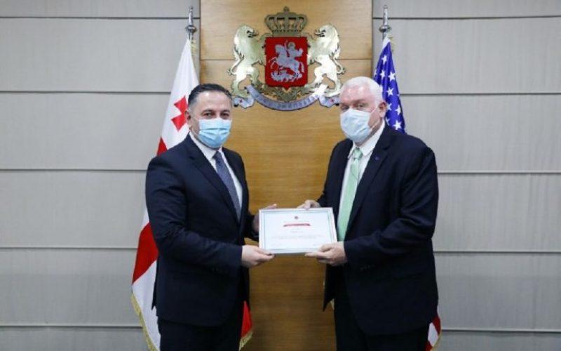 შს მინისტრმა აშშ-ის ანტინარკოტიკული და სამართალდამცავ უწყებებთან თანამშრომლობის ბიუროს უფროსი მრჩეველი მადლობის სიგელითა და მედლით დააჯილდოვა