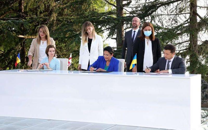 ბათუმის საერთაშორისო კონფერენციის გახსნის შემდეგ საქართველოს, უკრაინისა და მოლდოვის პრეზიდენტებმა ასაცორების ტრიოს დეკლარაცია გააფორმეს
