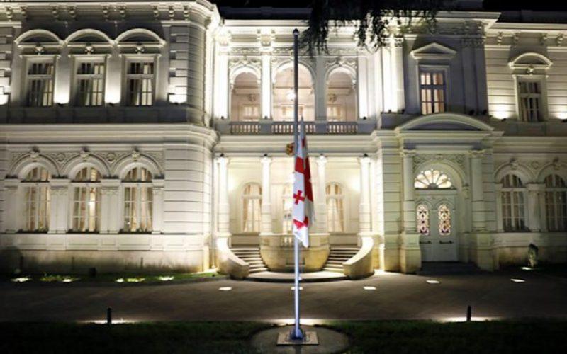 პრეზიდენტის სასახლეზე სახელმწიფო დროშა დაშვებულია